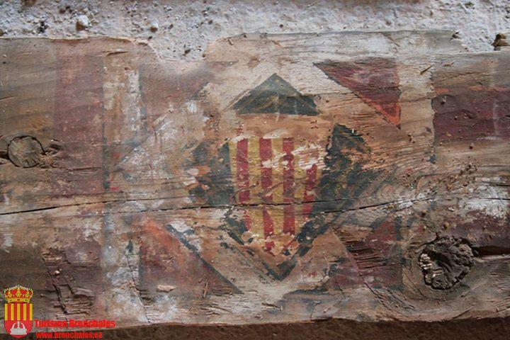 Imagen de las tablas policromadas y talladas de la techumbre de la ermita original de Santa Bárbara en Bronchales